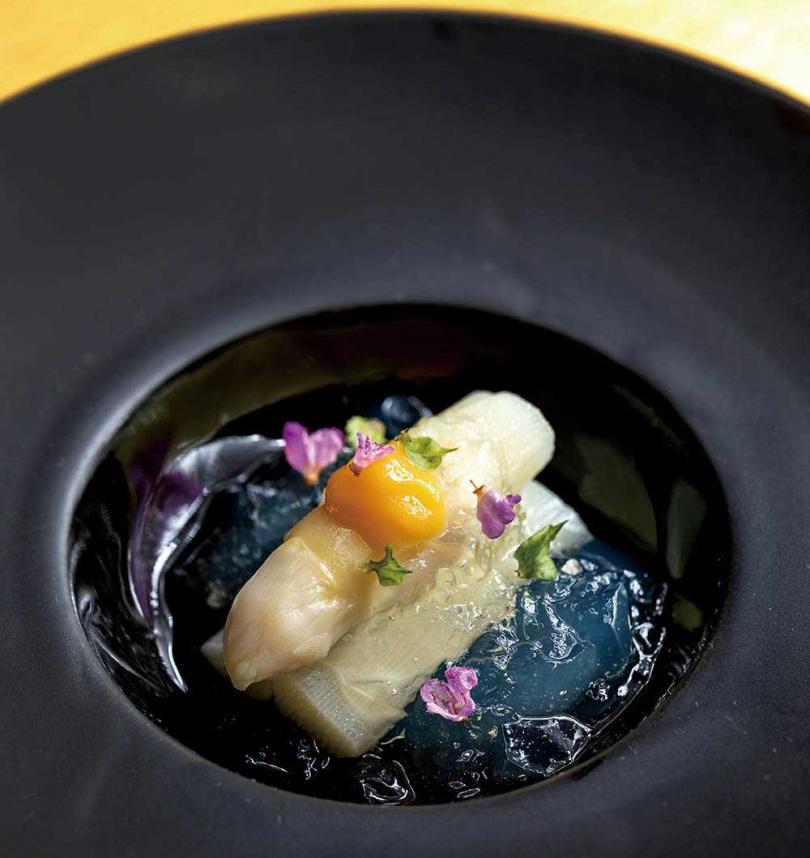 肥厚嫩白、細緻多汁的白蘆筍,佐其高湯製作的晶凍,是道清爽又甜美的前菜。(圖/焦正德攝)