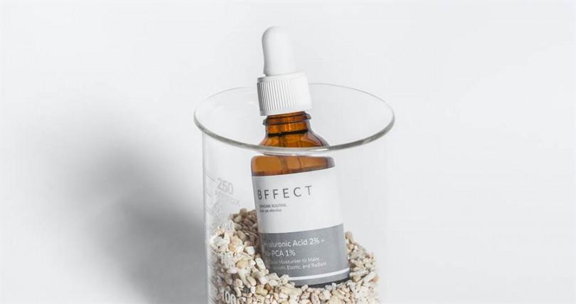 換季時保濕最重要!BEFECT的第一代玻尿酸保濕精華液,融合了低、中、高分子量玻尿酸,而且不含油脂及任何致粉刺成分,對台灣大多數都是混合肌的女生來說,再適合不過了。(圖/品牌提供)