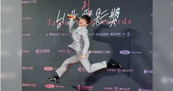 大鶴拿到獎後,開心在後台跳起。(攝影/施岳呈、焦正德)