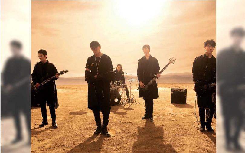 MV中,周杰倫與樂手置身磅礴荒漠。(圖/杰威爾音樂)