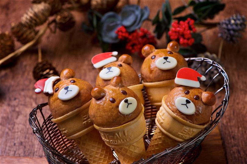 「耶誕熊甜筒」造型麵包。(圖/台北神旺飯店普諾麵包坊提供)