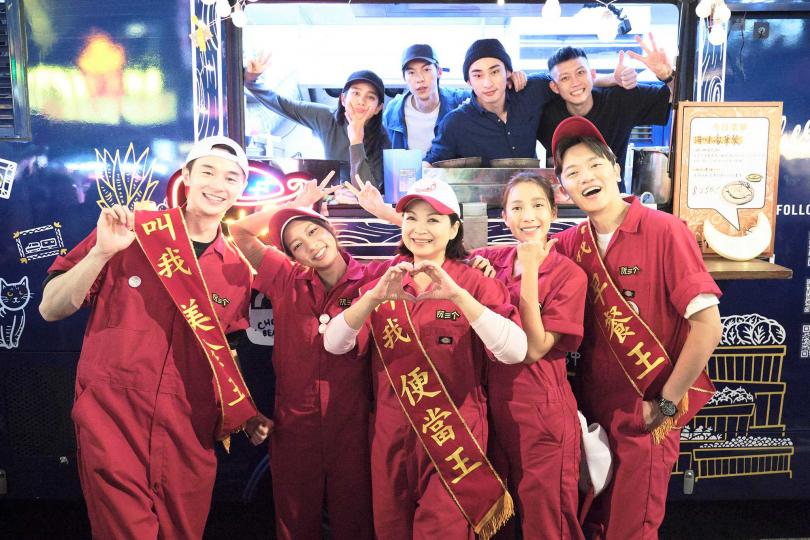 張軒睿(左前一)回歸春節特別節目《阮三个-餐車環島發大財》,從小幫手晉升為小隊長。(圖/公視提供)