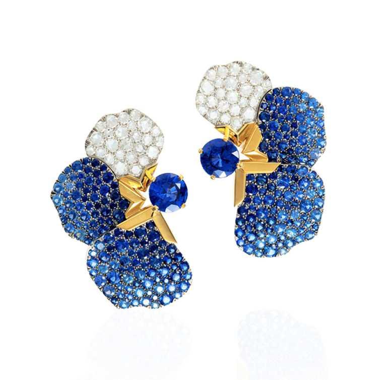 Tiffany & Co.「Tiffany Jewel Box」高級珠寶系列「FLORA」鉑金和18K金耳環, 4克拉圓形斯里蘭卡藍寶石、圓形藍寶石、圓形蒙大拿藍寶石,以及圓形改良玫瑰式切割鑽石╱4,355,000元。(圖╱Tiffany & Co.提供)