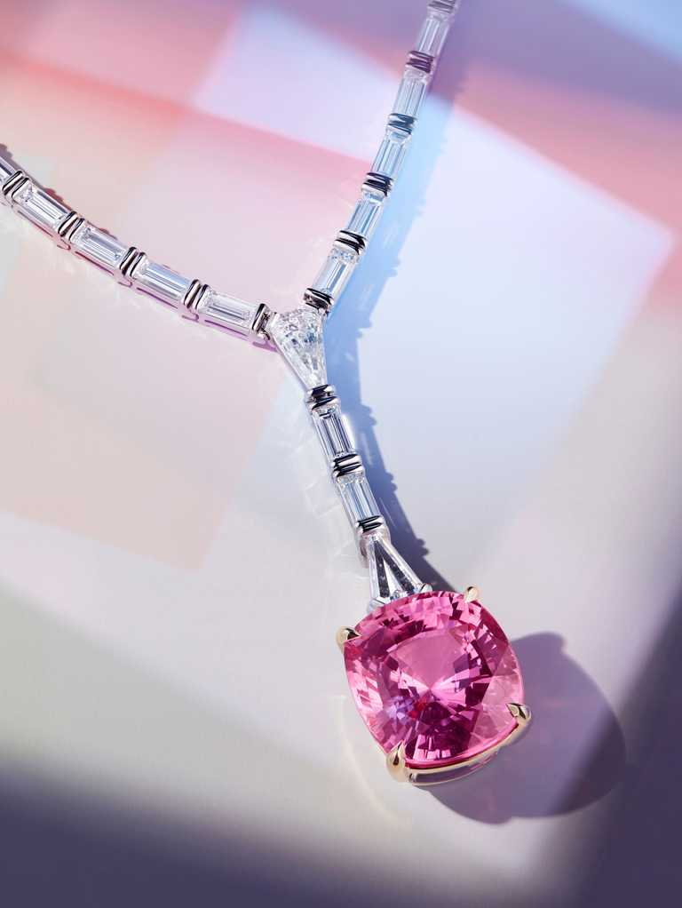 Tiffany & Co.「Tiffany Jewel Box」高級珠寶系列「FRAME」鉑金和18K黃金墜飾,鑲嵌14克拉、未經優化處理的斯里蘭卡帕帕拉夏藍寶石,及14克拉的混合式切割鑽石╱53,910,000元。(圖╱Tiffany & Co.提供)
