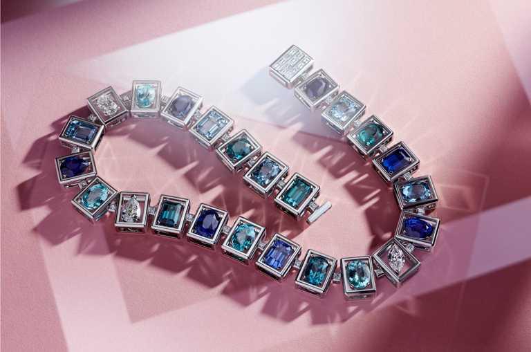 Tiffany & Co.「Tiffany Jewel Box」高級珠寶系列「FRAME」鉑金項鍊,鑲嵌36克拉藍寶石、13克拉銅鋰碧璽、16克拉藍碧璽、16克拉海水藍寶,及8克拉鑽石╱28,135,000元。(圖╱Tiffany & Co.提供)
