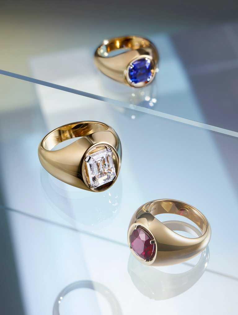 Tiffany & Co.「Tiffany Jewel Box」高級珠寶系列「SCULPTURE」18K黃金戒指,鑲嵌藍寶石、鑽石與紅寶石。(圖╱Tiffany & Co.提供)