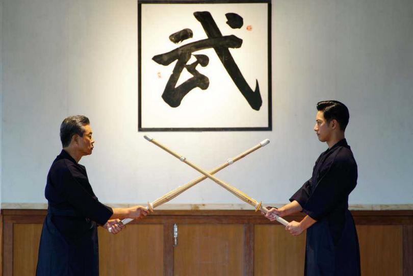 楊烈(左)劇中與周孝安(右)交流劍道。(圖/公視)
