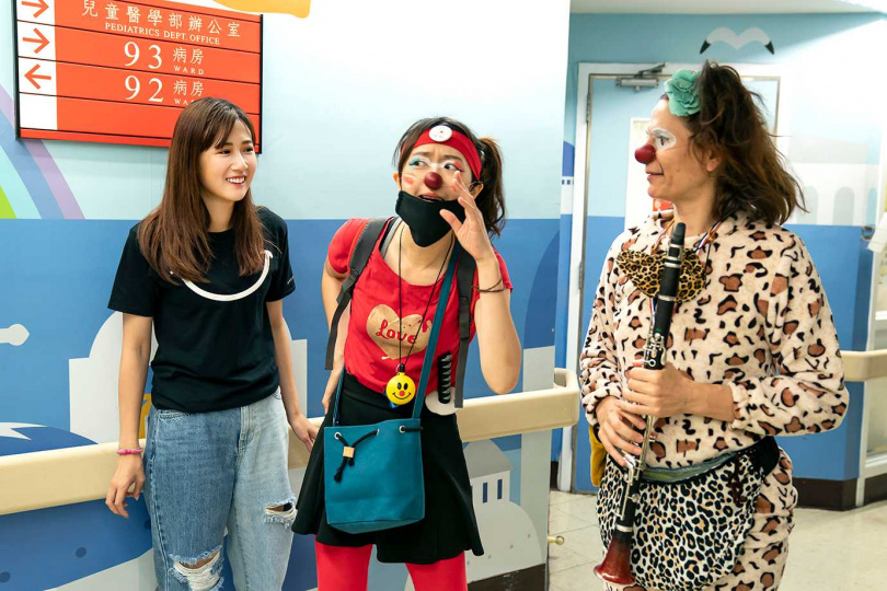 方志友(左)曾前往台北榮總觀摩紅鼻子醫生工作實況。(圖/TVBS提供)