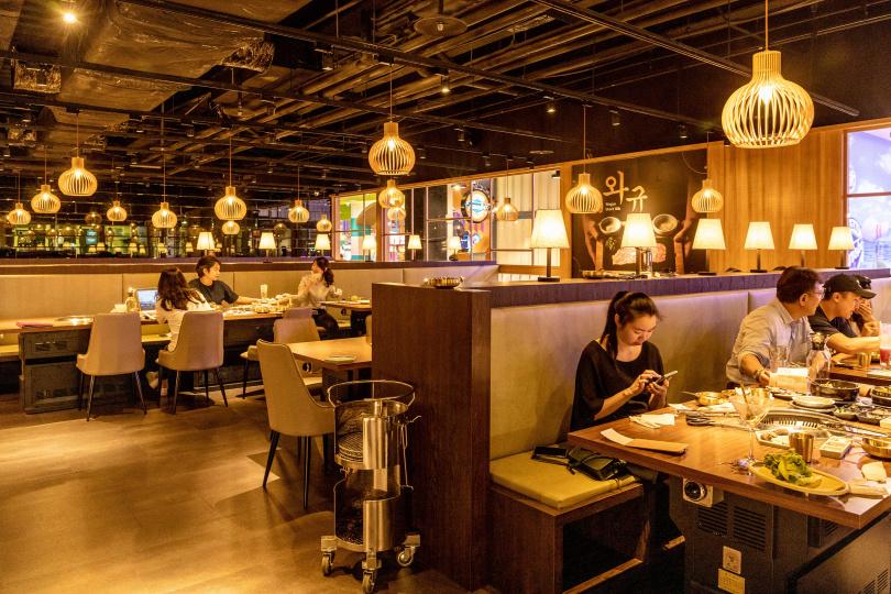 姜滿堂的用餐空間寬敞,風格走韓式工業風。