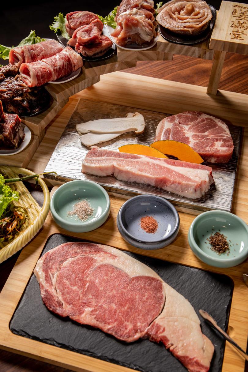 單點肉品「65公分豬五花」,視覺感驚人。(380元)