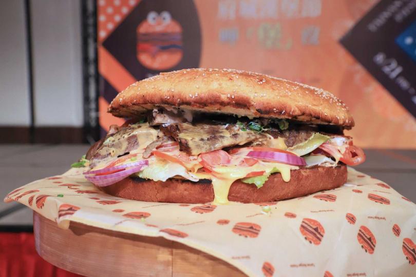 漢堡節舉辦大胃王比賽,號召民眾組隊挑戰12吋、重達6公斤的「重量級牛肉大漢堡」!(圖/台南晶英酒店提供)