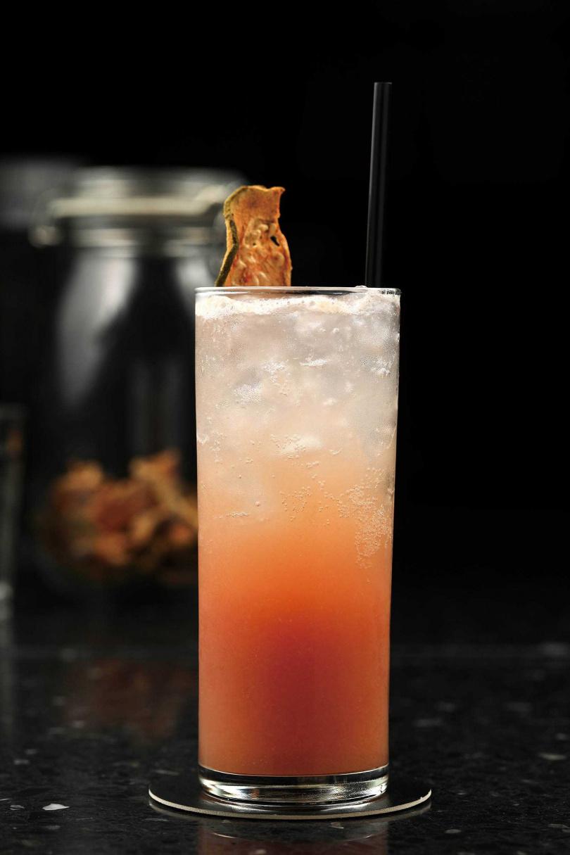 「紅心芭樂」調酒的基底是伏特加與蘇打,加入紅心芭樂果泥,上頭再點綴紅心芭樂乾,風味清新。(250元)(圖/于魯光攝)