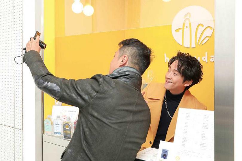 即便已營業了1年多,陳漢典還是會趁空到店裡視察,遇粉絲要求合照也來者不拒。(圖/彭子桓攝)