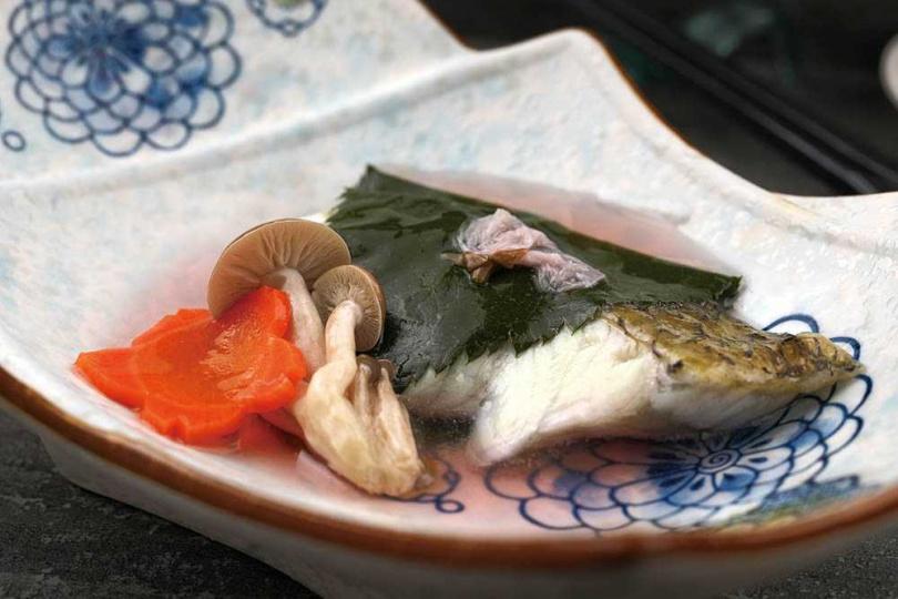 「海鱸魚櫻葉蒸」是順應春季的蒸物,淡淡粉紅湯色充滿春意幸福感。(圖/于魯光攝)