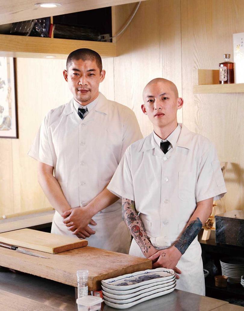負責熟食的楊石生主廚(左)及負責冷台的林岳陞師傅(右)。(圖/于魯光攝)