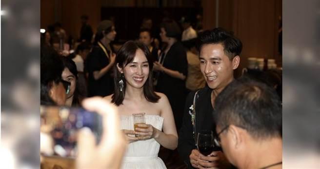小薰(左)和鄭仁碩以《寒單》劇組和大家敬酒,被大家虧是新郎新娘敬酒。 (攝影/焦正德)