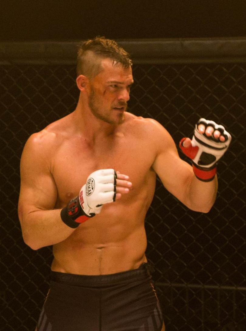 亞倫瑞奇森飾演格鬥拳手展現壯碩身材。(圖/威視提供)