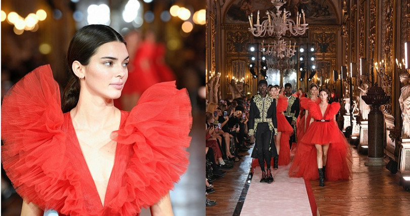 謝幕時別出心裁讓所有人換上同一件洋裝出場。