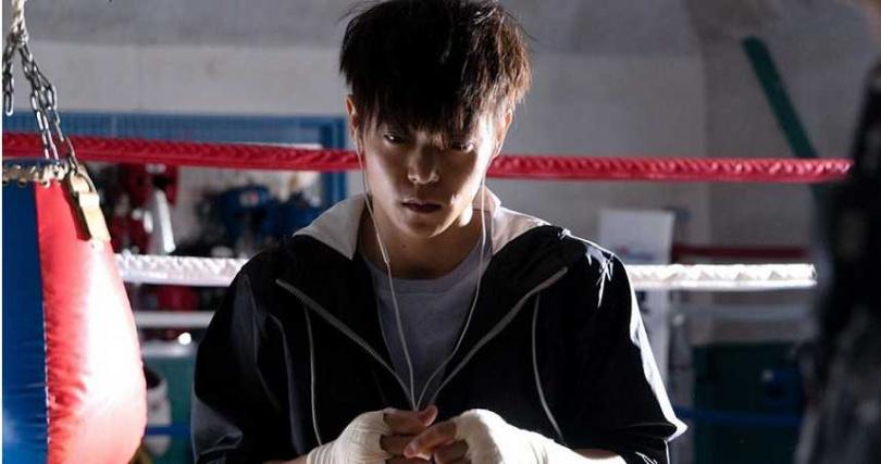 窪田正孝為了打造出拳擊手的體格,拍攝前一個月幾乎每天都到健身房報到。(圖/車庫提供)