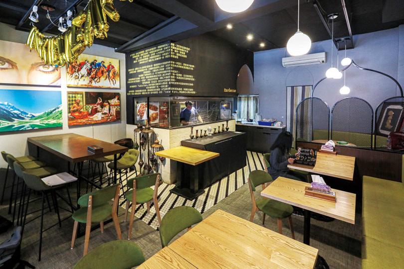 透過半開放式廚房,「中東炭烤創意料理」讓客人能邊吃飯邊欣賞串烤過程。(圖/林士傑攝)