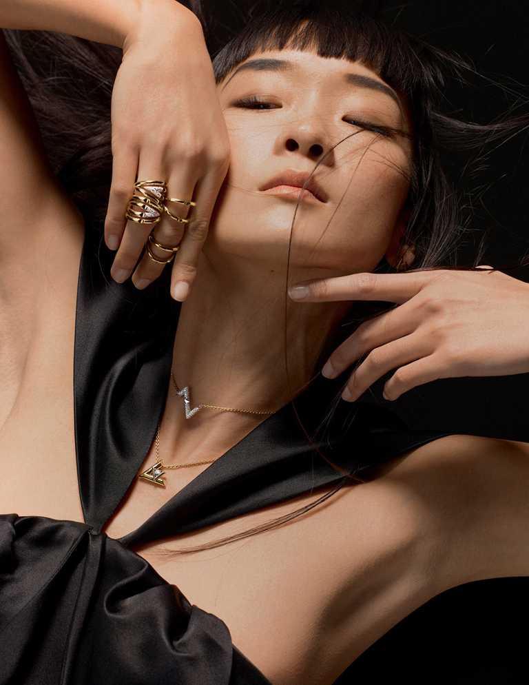 模特兒佩戴LOUIS VUITTON「LV Volt」系列珠寶:(由上至下)Upside Down黃金戒指╱102,000元;Upside Down黃金鑲鑽戒指╱337,000元;Upside Down黃金鑲鑽項鍊╱288,000元;One黃金鑲鑽項鍊╱216,000元。(圖╱LV提供)