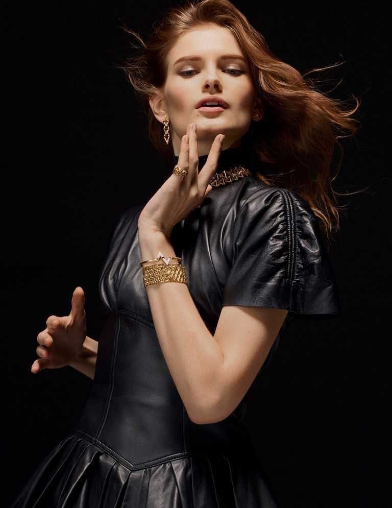 模特兒佩戴LOUIS VUITTON「LV Volt」系列珠寶:(由上至下)Curb Chain黃金耳環╱163,000元;Curb Chain黃金項鍊╱705,000元;Mesh黃金鑲鑽戒指╱324,000元;Mesh黃金手環╱1,200,000元;Upside Down黃金鑲鑽手鐲╱428,000元。(圖╱LV提供)