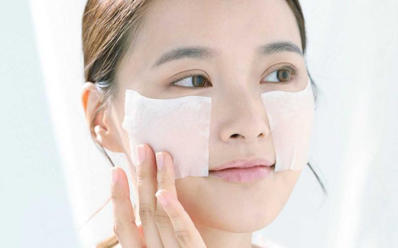 別小氣!化妝棉絕對要充分浸潤才有效果。(圖/戴世平攝)