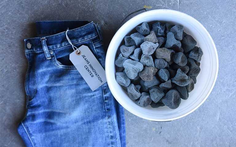 GU節水牛仔褲系列在加工製程中,採用可重複利用的生態石,大幅減少水洗次數及過程中可能產生的廢物。(圖/GU提供)