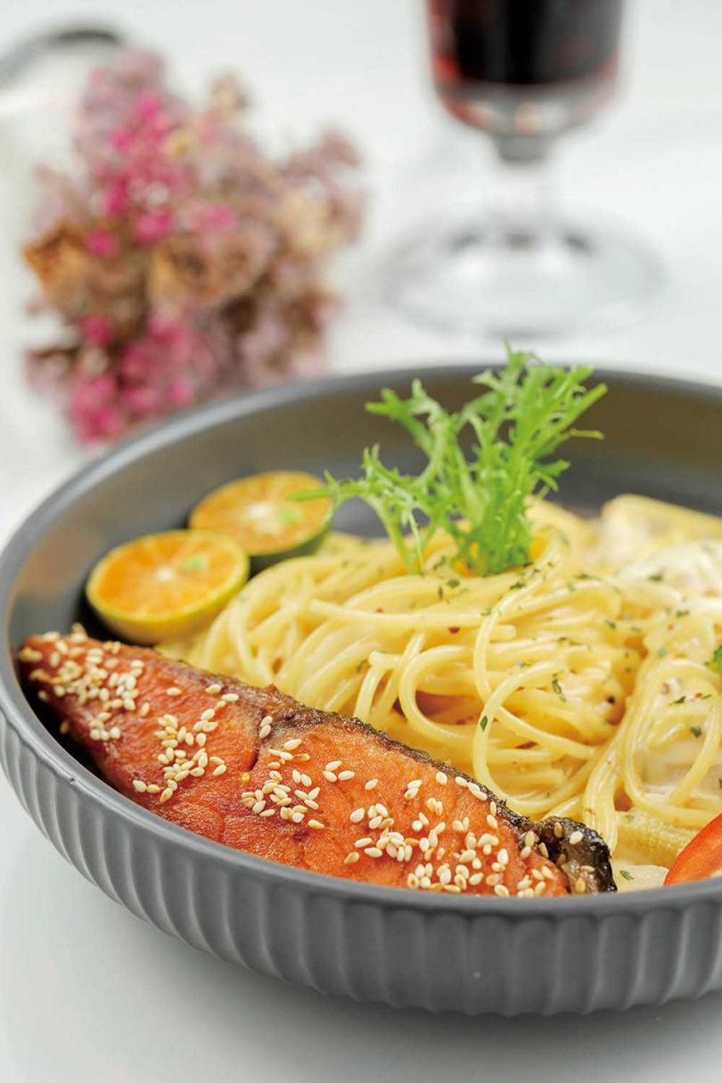 外酥內軟的煎鮭魚配上自製柚醬的「香煎鮭魚芥末奶油義大利麵」,兼具濃醇奶香與酸甜滋味。(260元)(圖/林士傑攝)