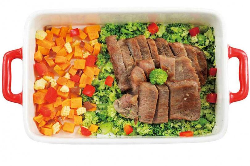 與人類餐食同等級的「厚切牛排」,適合肉食控毛孩。(180元)(圖/林士傑攝)