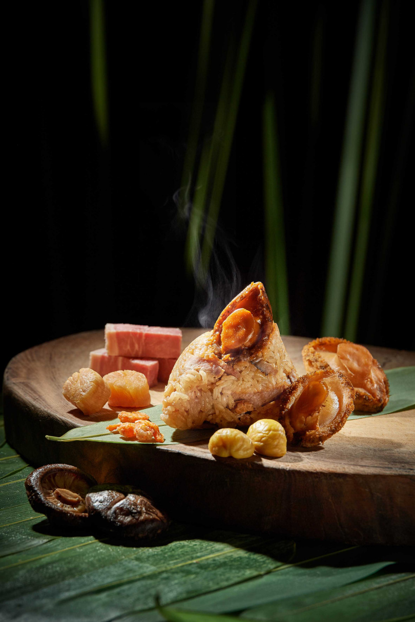 吃一口「金腿鮑魚粽」,可以嚐到海陸交融的快感!