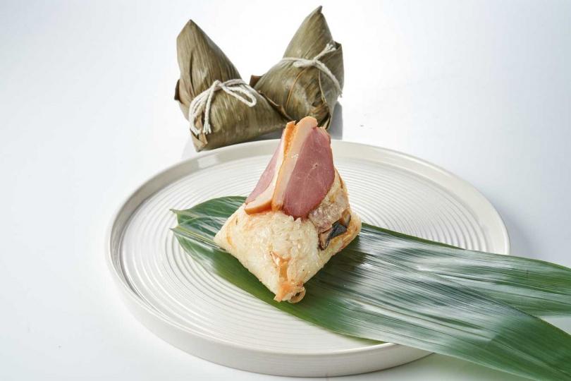 「干貝燻香櫻桃鴨粽」是海陸雙享創意肉粽。