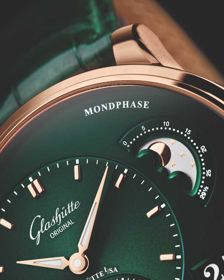 漸層深綠色錶盤上的4點鐘位置,具有大日曆及月相顯示。(圖╱Glashütte Original提供)