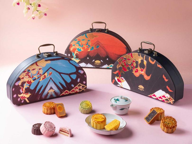 三款中秋月餅禮盒有傳統與創新口味,並做成手提包外型。(圖/台北文華東方酒店提供)