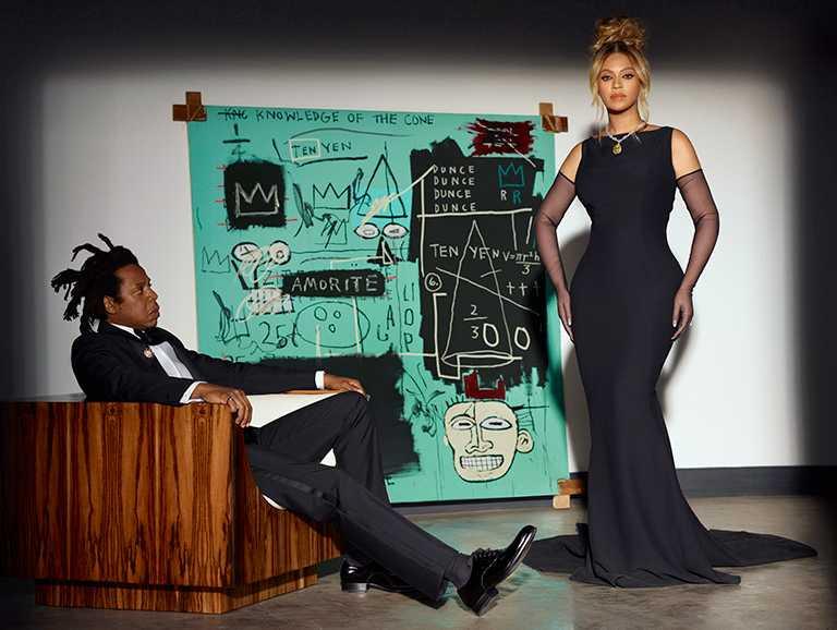 卡特夫婦背景牆面上嵌掛的畫作,來自紐約傳奇藝術家尚米榭巴斯奇亞的《Equals Pi》作品,呼應「Tiffany Blue」的經典色調。(圖╱Tiffany & Co.提供)
