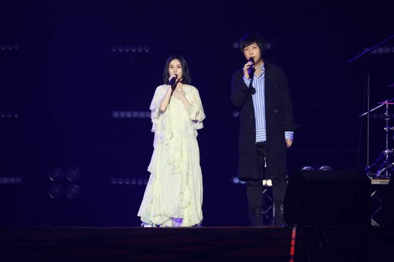 白安(左)和五月天阿信首次合唱〈擁抱〉。(圖/相信音樂提供)