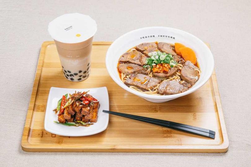 麻辣牛肉麵、小日子珍珠鮮奶茶、小菜。(圖/小日子麵屋提供)