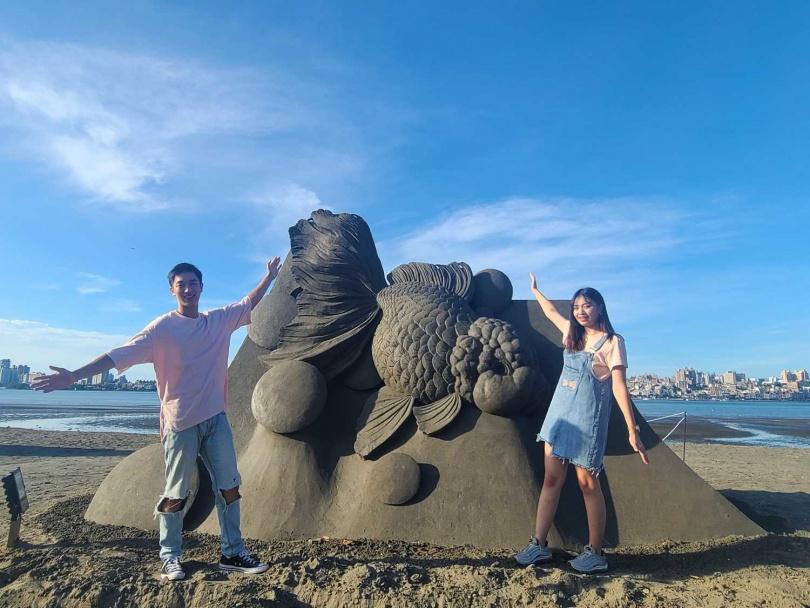沙雕主題「液態之愛」共有15座之外,中秋前後另有一場快閃沙雕。(圖/新北市水利局高灘地工程管理處提供)