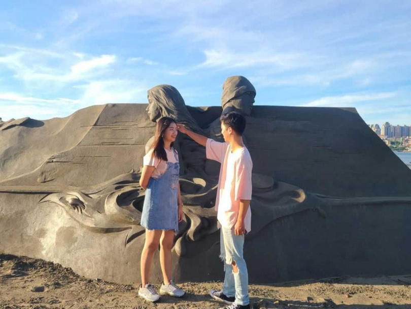 今年沙雕展以「八里宣言」為入口意象,以戀人相識相戀的過程為主題。(圖/新北市水利局高灘地工程管理處提供)