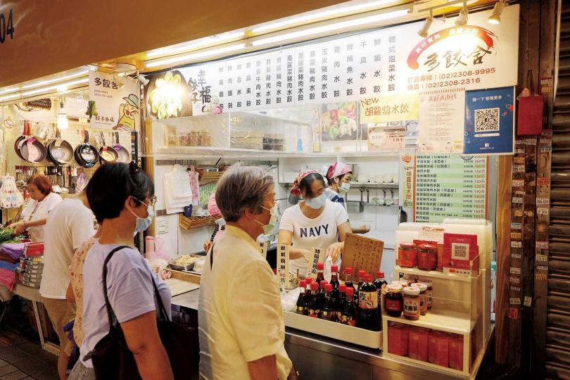 「多餃舍」是三水市場裡的人氣攤位,前來購買水餃的客人絡繹不絕。(圖/于魯光攝)