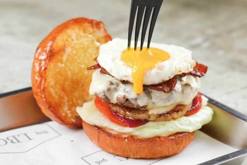 「爆漿澳式堡」運用澳洲主廚的獨門配方,並夾入甜菜根、鳳梨及半熟蛋。(280元)(圖/林士傑攝)