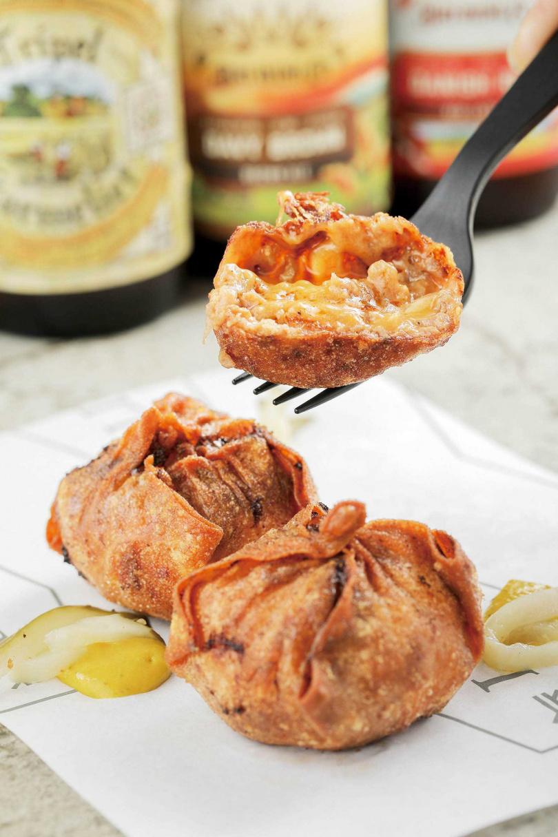 「漢堡餛飩」是用餛飩皮包上手打漢堡肉,再油炸而成的創意小點。(90元)(圖/林士傑攝)