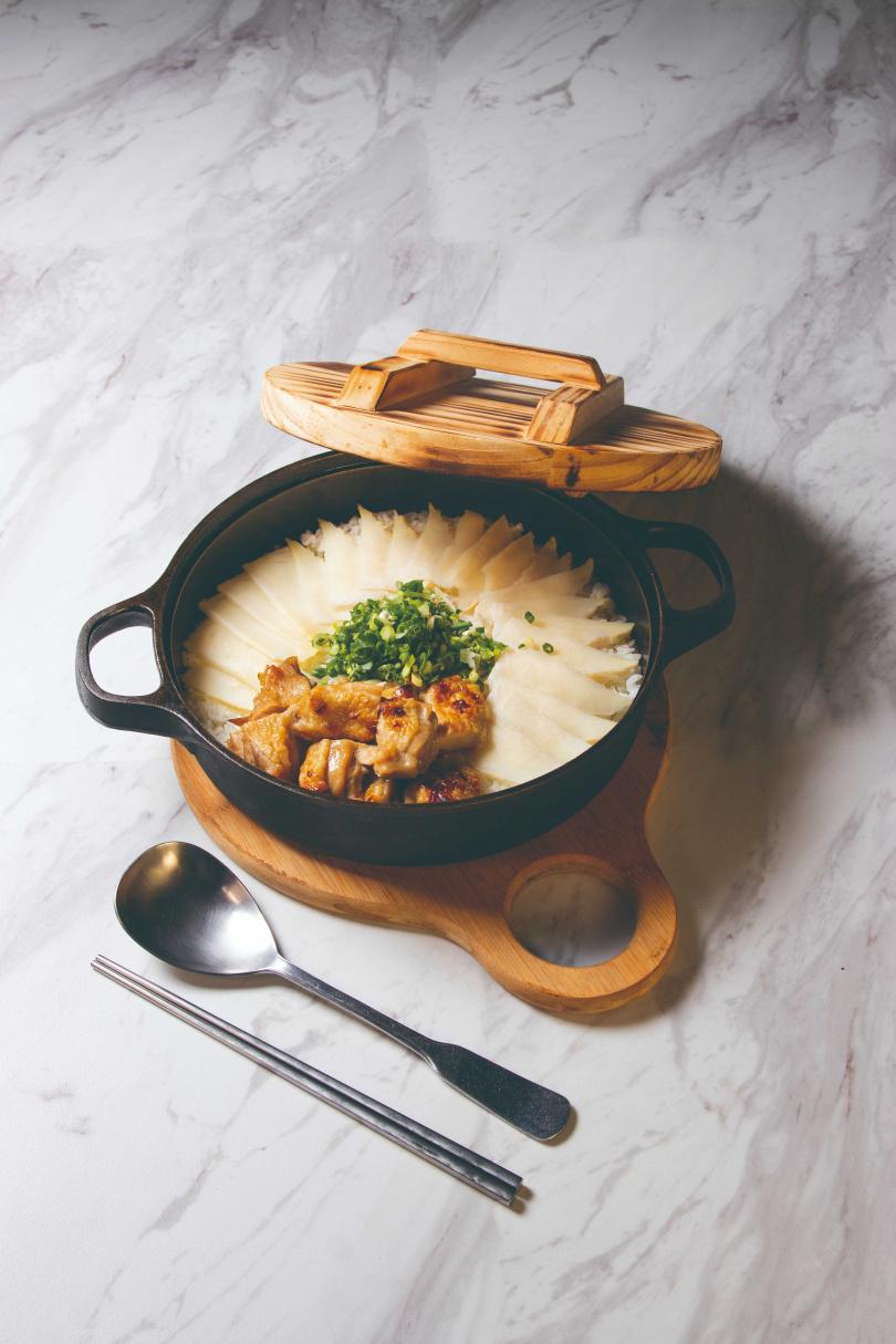 含滿滿日式風味的旬筍春雞釜飯。
