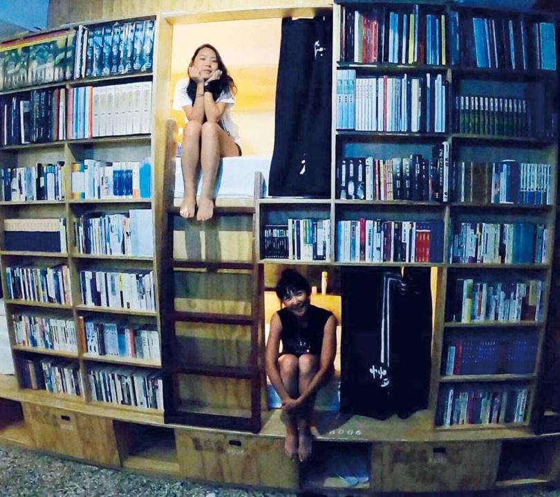 台南的「艸祭」陳設有如圖書館,公共區的交誼廳很寬敞舒適,而且一晚只要780元還附早餐,讓張本渝特別推薦。(圖/傑星傳播提供)
