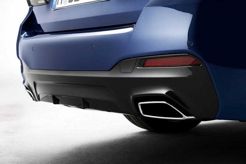 左右雙出矩形尾管,比過去的圓形尾管增添許多動感。(圖/BMW提供)