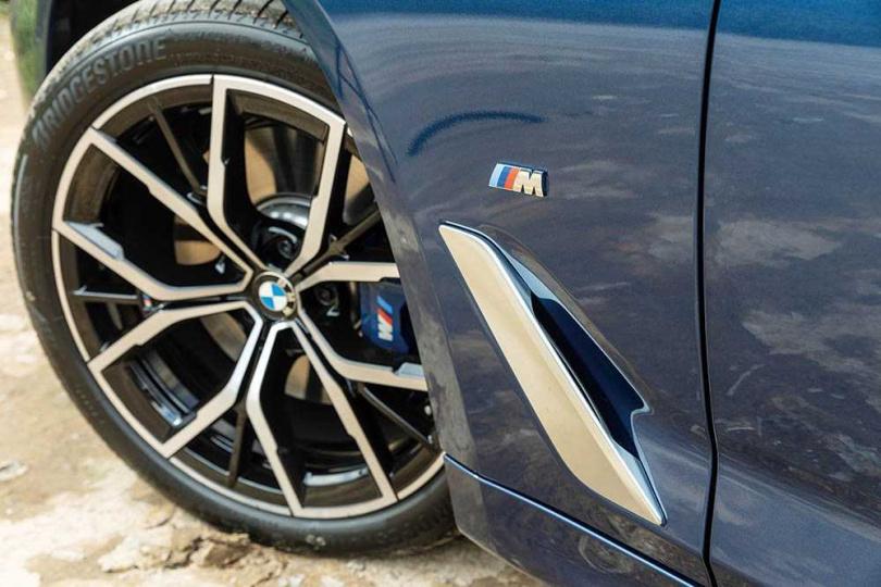 前輪配置18吋鋁圈,並有專屬的M式套件。(圖/張文玠攝)