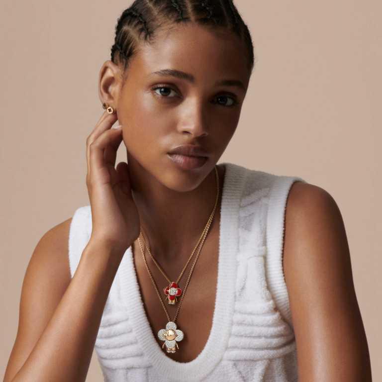 LOUIS VUITTON「Vivienne」系列珠寶,紅色琺瑯鑲鑽吊墜╱363,000元;鋪鑽中尺寸吊墜╱860,000元。(圖╱LOUIS VUITTON提供)