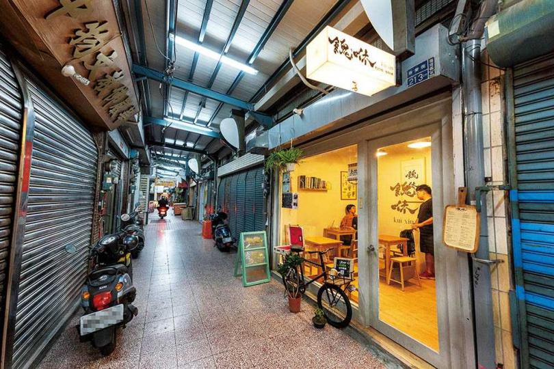 店名取自台語取暖之意的「餽咻 kuì xiū」,位在「鹽埕第一公有市場」西側的入口處。(圖/焦正德攝)
