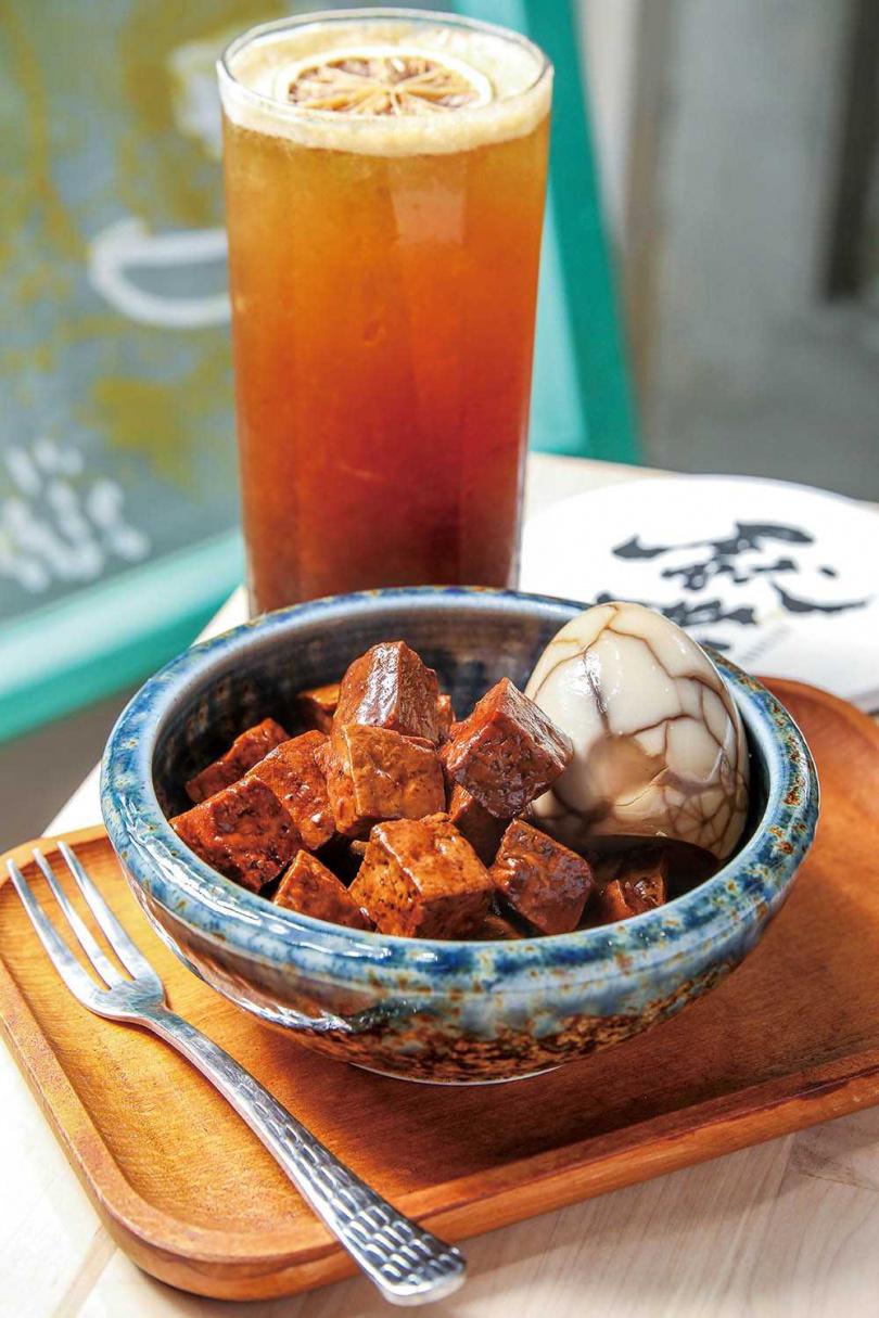 自家烘焙沖煮的咖啡,配上家傳祕製滷味的「餽咻下午茶」,意外速配。(60元/份)(圖/焦正德攝)