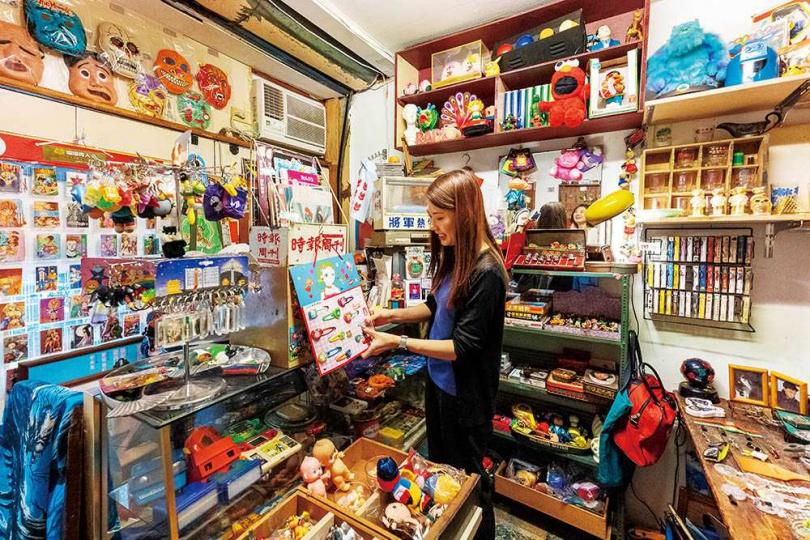 「超級鳥百貨店」主要收藏台製老玩具、六○年代的出版品,讓人勾起不少童年回憶。(圖/焦正德攝)
